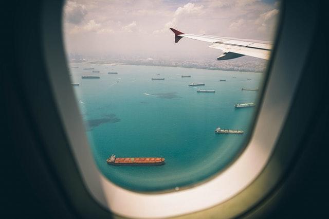 Pohľad na more z okienka lietadla.jpg