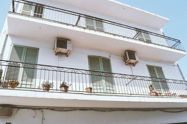 Budova so širokými balkónmi.jpg