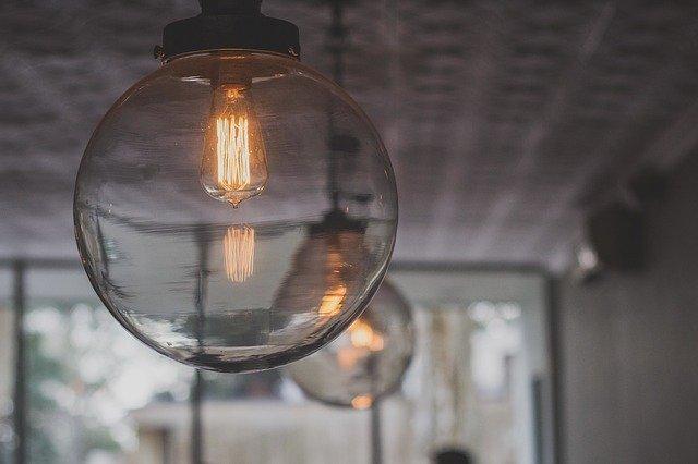 Lampa – veľký sklenená guľa so zapálenou žiarovkou na strope.jpg